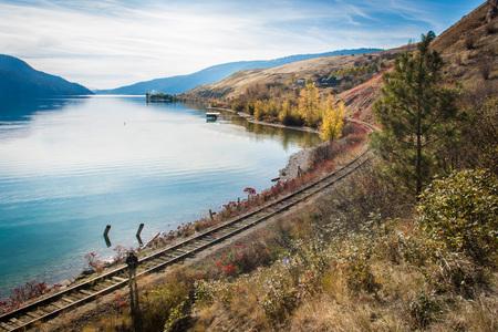 View of okanagan lake british columbia railway Standard-Bild