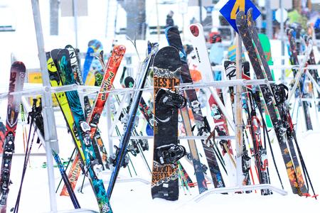 Esquís y tablas de snowboard en la nieve deportes de invierno