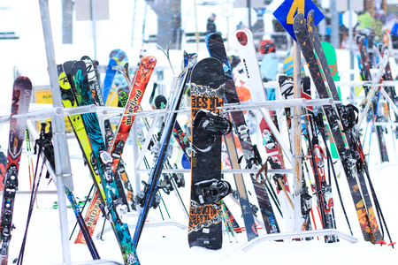 Skis and snowboards in the snow winter sports Banque d'images