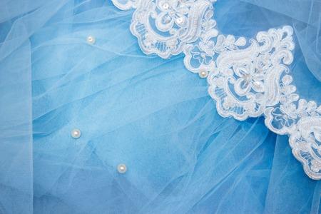 Pizzo su tulle blu con perline. Cucire un abito da sposa. concetto di matrimonio Archivio Fotografico