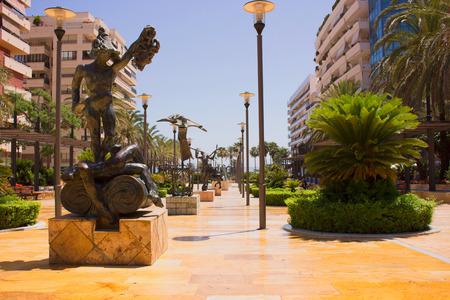 Salvador Dali-beeldhouwwerk op Juni 2017, in Marbella stad wordt voorgesteld die. Costa del Sol, Andalusië, Spanje.
