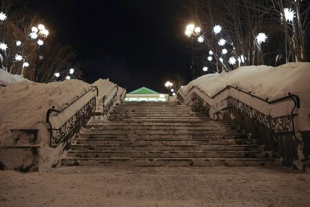Snowy urban ladder with lights. Night city landscape Imagens - 147901056