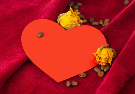 st  valentin: Red paper heart with two dried yellow roses and coffee beans