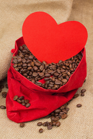 st  valentin: Coffee beans in red velvet sac with red paper heart