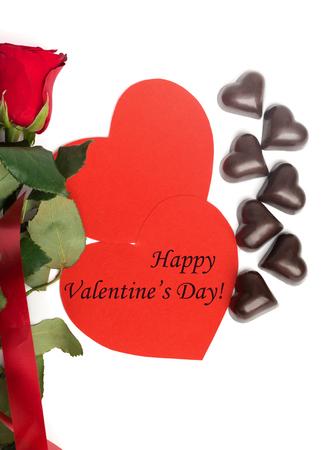 persona feliz: El d�a de San Valent�n feliz Etiqueta con el ramo de rosas rojas, dos corazones de papel rojo y dulces en forma de un coraz�n aislado en el fondo blanco