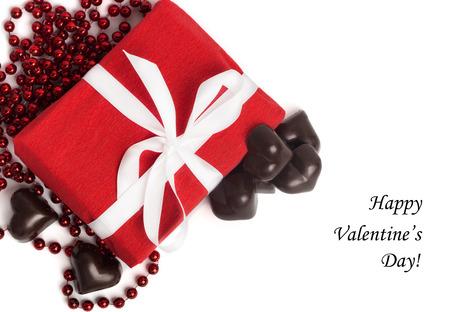 Tag Saint-Valentin heureuse avec boîte rouge présent avec ruban blanc et des bonbons en forme de coeur isolé sur fond blanc