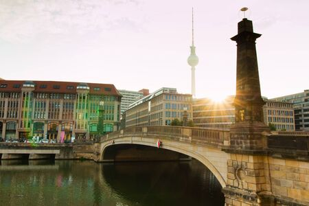 Berlin, Germany - 06.09.18. View of Fridrich bridge (in German Friedrichsbrucke) located in the area of museum's island. There is Berlin's tv tower on background. 版權商用圖片 - 142313858