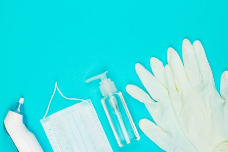 Medical mask, thermometer, white latex gloves and hand sanitizer gel on blue background. Coronavirus protection. Top view. Flat lay. 版權商用圖片 - 144414758