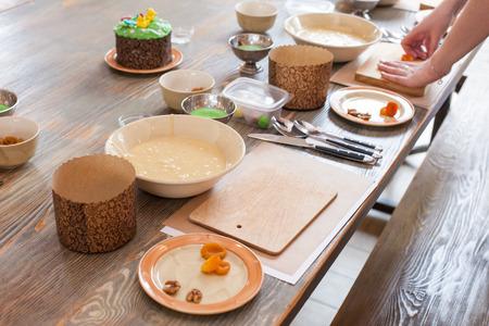 Cours de cuisine pour enfants et parents - cuisson du gâteau de Pâques, sur la table se trouvent des ingrédients et des outils de travail