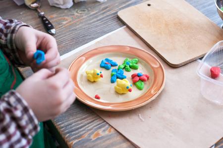 cours de cuisine pour enfants et parents - cuisson du gâteau de Pâques, sur la table se trouvent les ingrédients et les outils de travail, le processus de cuisson Banque d'images