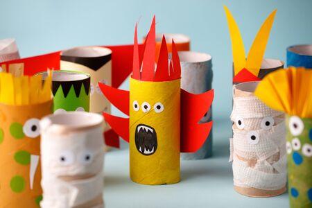 Muñeca de monstruos de Halloween del tubo de papel higiénico. Bricolaje creativo para niños. Decoración del hogar para fiesta. Inspiración para manualidades con papel handie. Idea de reciclaje de reutilización ecológica
