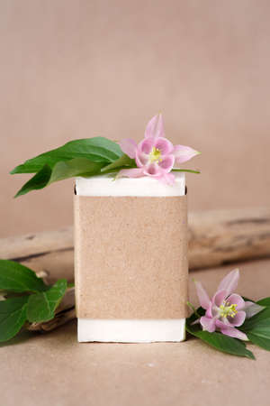 Zero waste natural cosmetics products on craft paper table. Flat lay, organic solid soap and shampoo bars, antibacterial handcrafted soap concept, mock up, organic detail, tropical flowers Banco de Imagens