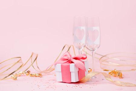圣徒情人节背景 - 典雅的豪华礼物盒和对与心脏的香槟玻璃在桃红色,您的参加的文本,浪漫党卡片,季节假日的拷贝空间