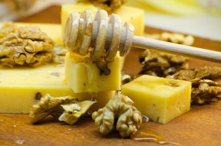 albero nocciolo: formaggio con noci e miele - cibo sano sano Archivio Fotografico