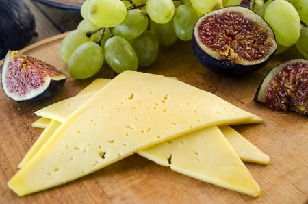 promptness: appetizer of cheese with figs and grapes