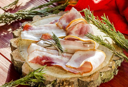 strips of fresh bacon and spices on a wooden board Zdjęcie Seryjne