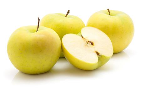 Äpfel (Smeralda-Vielzahl) lokalisiert auf weißem Hintergrundgrüngelb drei ganz und ein halber Querschnitt