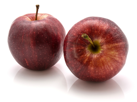 白い背景に隔離された2つのガラリンゴ