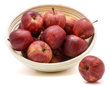 リンゴ 1 個は近く、白い背景で隔離の籐ボウルにりんごをガラ 写真素材