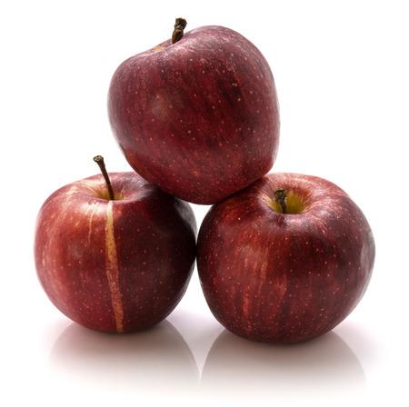 白い背景に隔離された3つのガラリンゴ