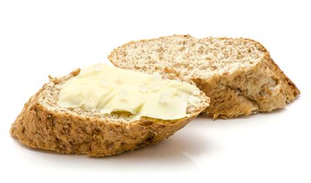 Het broodsnack van tarwezemelen met boter en zout op witte achtergrond wordt geïsoleerd die