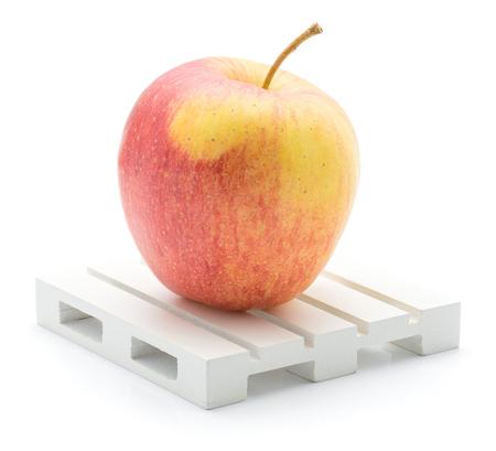 白地赤黄色の分離されたパレットの上の 1 つのリンゴ (Evelina 品種)