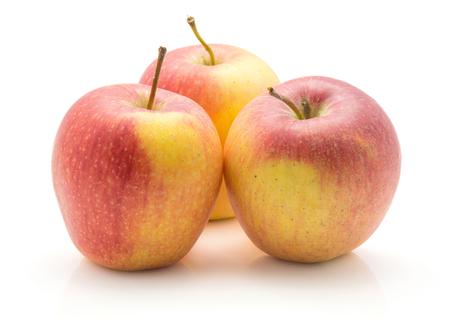 白い背景に分離された 3 つのりんご (Evelina 品種)