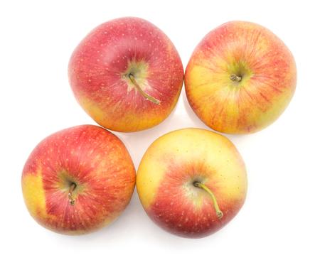 白い背景の上のビューに隔離された4つのリンゴ(エベリーナ品種)