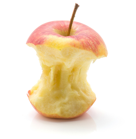 白い背景に隔離されたアップルの切り株(エベリーナ品種)