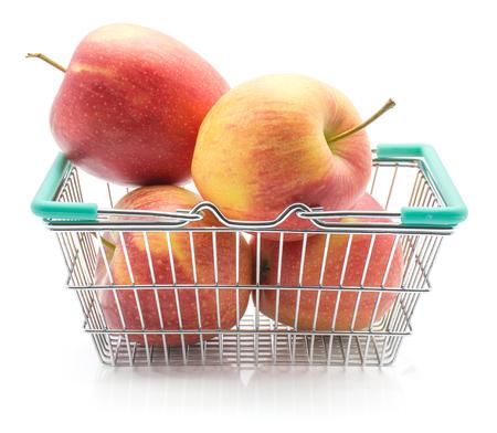白い背景に隔離された買い物かごのりんご(エベリーナ品種)