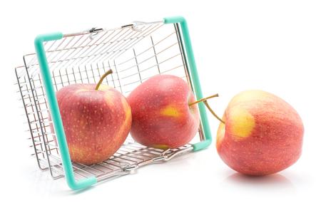 白い背景に隔離された買い物かごの中の3つのリンゴ(エベリーナ品種)赤黄色