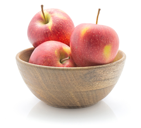 白い背景に隔離された木製のボウルに3つのリンゴ(エベリーナ品種)赤黄色 写真素材