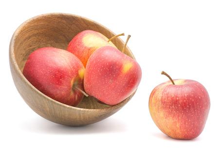 白地赤黄色の分離された木製のボウルに 4 のりんご (Evelina 品種)