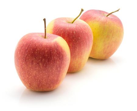 白い背景に隔離された3つのリンゴ(エベリーナ品種)