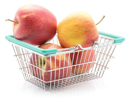 白い背景に隔離された買い物かごの4つのリンゴ(エベリーナ品種) 写真素材