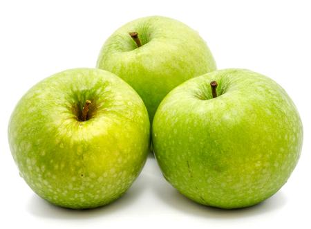 Grupo de tres manzanas verdes enteras Granny Smith aislado sobre fondo blanco