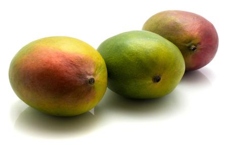 3 熟した白い背景で隔離のマンゴー