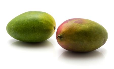 2 熟した白い背景で隔離のマンゴー
