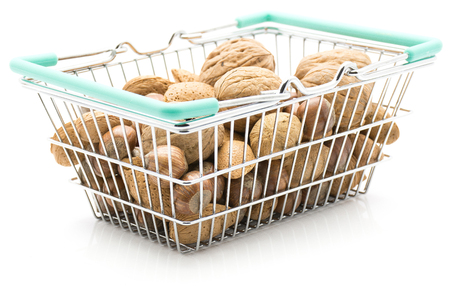 白い背景に分離された買い物かごミックス(クルミ、ヘーゼルナッツ、アーモンド)のナッツ