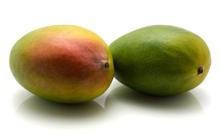 白い背景に分離された 2 つのマンゴー
