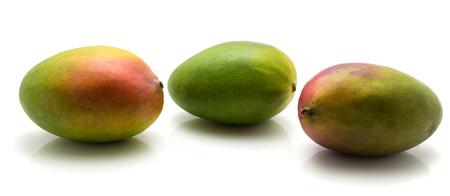 白い背景に分離された 3 つのマンゴー