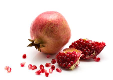Verse granaatappel met geopenbaarde korrels die op witte achtergrond worden geïsoleerd Stockfoto