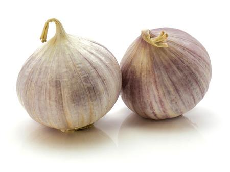 흰 배경에 고립 된 두 개의 단일 정향 솔로 진주 마늘 스톡 콘텐츠
