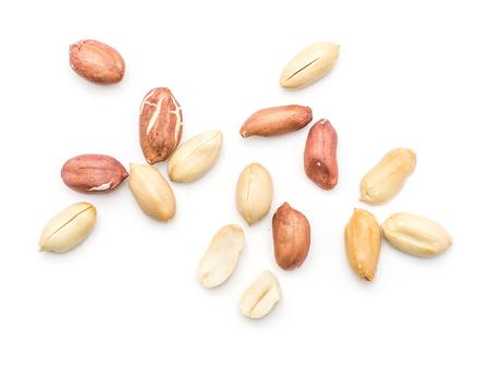 Rauwe pinda's bovenaanzicht geïsoleerd op een witte achtergrond (gepeld, schil, geheel, helften)