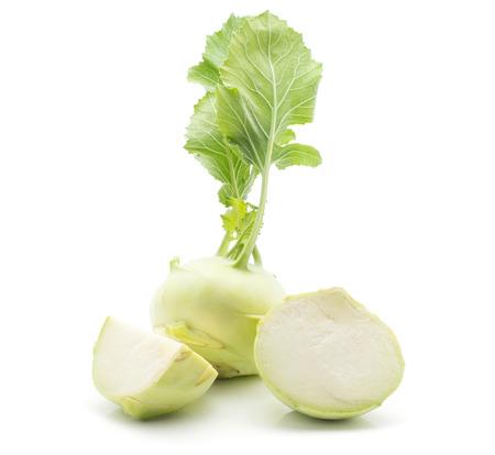 흰색 배경에 고립 된 신선한 잎 알 줄기 양배추 (독일 순 무 또는 순 무의 양배추) 한 전구 한 반 및 한 분기