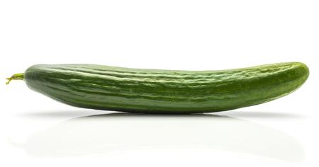 Un concombre européen (burpless, sans pépins, serre, gastronomique, à effet de serre ou anglais) isolé sur fond blanc