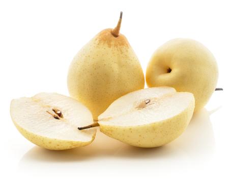 Due pere di Nashi e due metà (pera ruggine) isolate su fondo bianco giallo