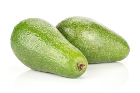 白い背景に分離された2つの緑の滑らかなアボカド熟した光沢のあるベーコンの品種