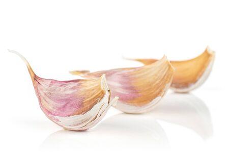 Gruppo di tre pezzi di aglio bianco organico allium sativum isolato su sfondo bianco