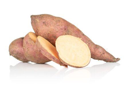 Gruppe von einer ganzen halben zwei Scheiben frische braune Süßkartoffel isoliert auf weißem Hintergrund Standard-Bild
